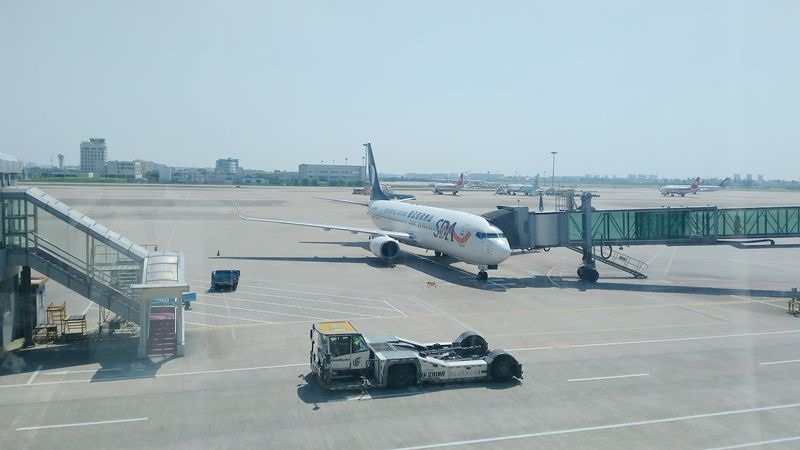 杭州萧山机场停靠的山东航空公司飞往青岛的飞机